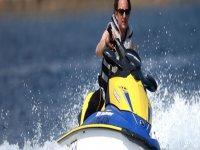 uomo alla guida di un jet ski