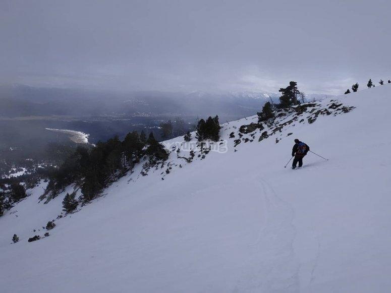 雪靴穿过山峰