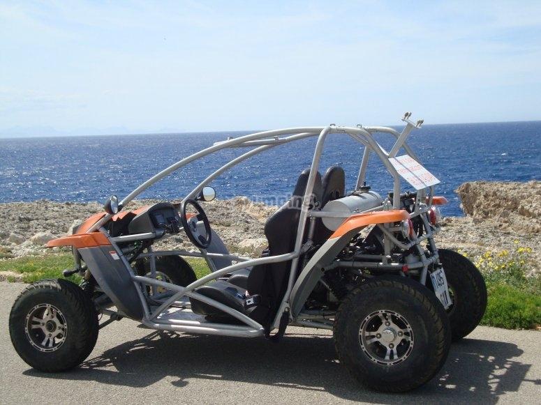 在越野车中游览梅诺卡岛
