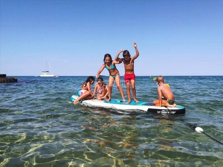 Niños en paddle surf gigante