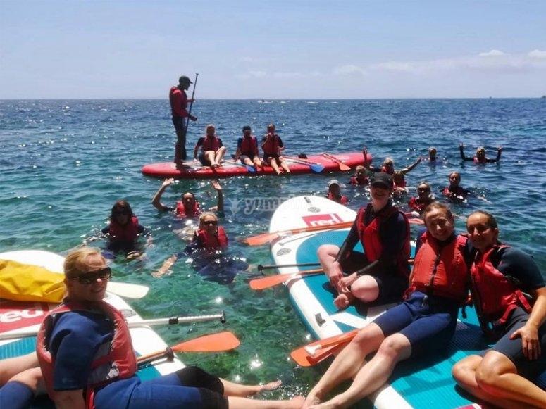 Disfrutando de un alquiler de paddle surf gigante
