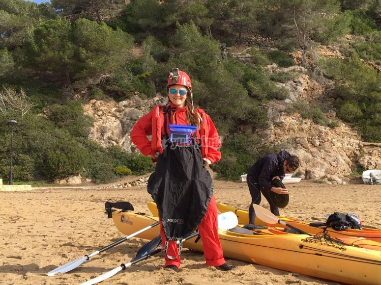 Niña realizando ruta en kayak