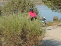 Llegando al pantano con las bicicletas de montaña