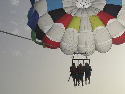 Vuelo parasailing en Estepona 3-4 personas 15 min