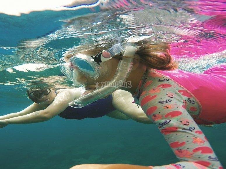 孩子们在做浮潜