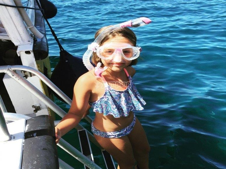 在大西洋浮潜的女孩