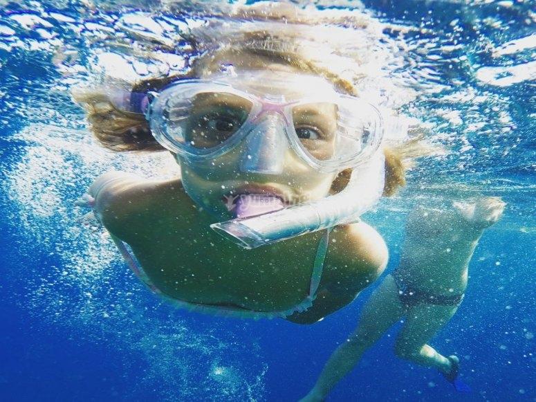 浮潜的女孩