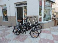 Bicis eléctricas a las afueras de nuestras instalaciones