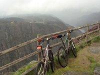 两辆自行车靠在悬崖围栏