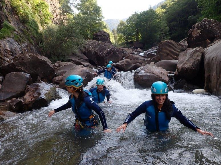 Barranquistas atravesando el río