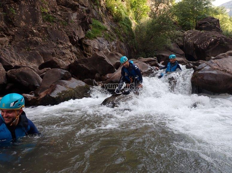 Atravesando el río de la Boca del Infierno