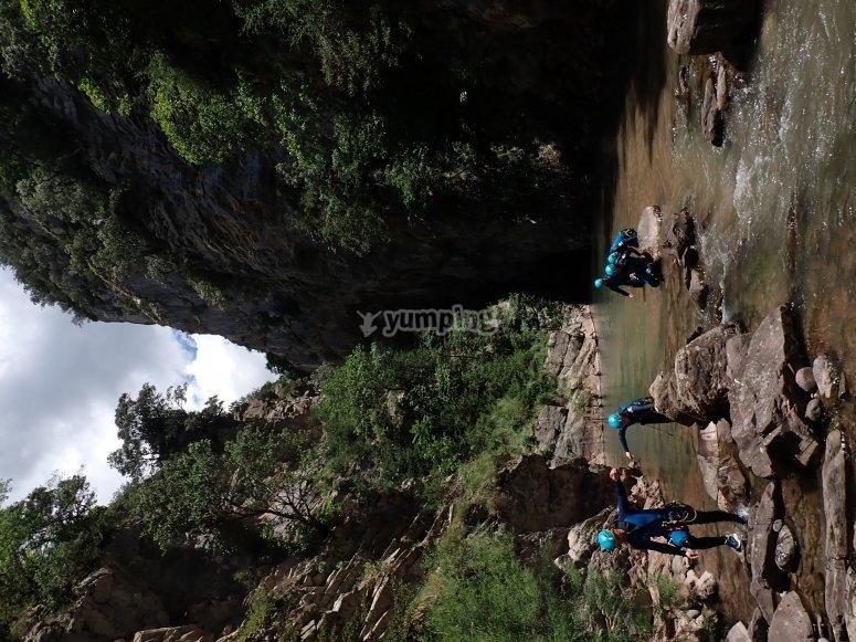 Avanzando por el caudal del río del barranco