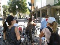 Escuchando al guia en bici