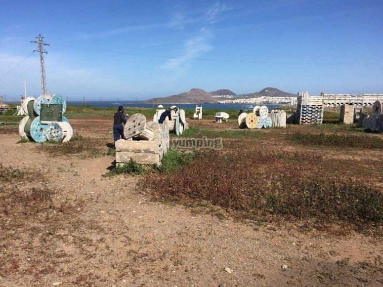 Campo de paintball junto al mar