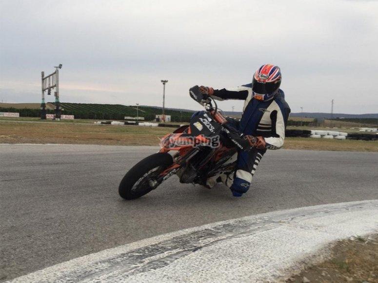 Disfrutando de un curso de conducción con moto