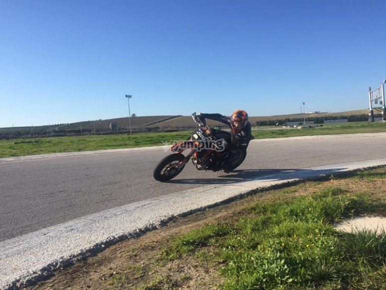 Pilotando una moto KTM SMR