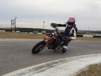 Probando una moto KTM SMR en un circuito