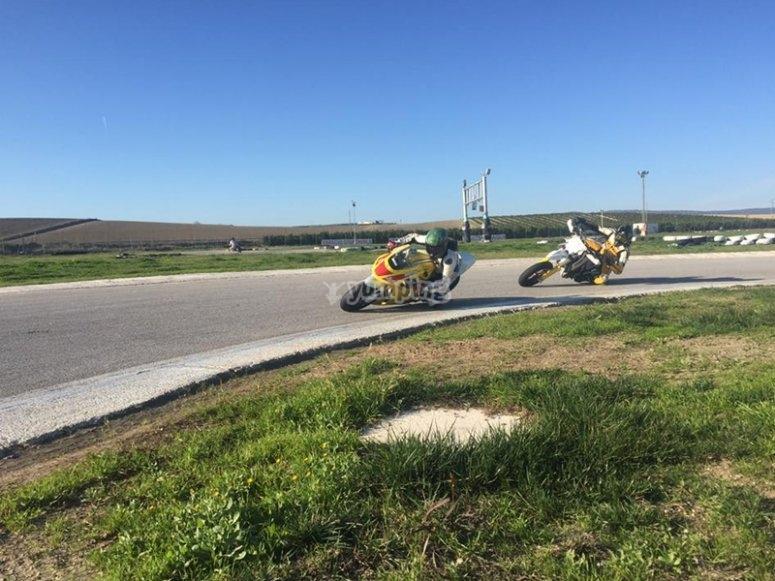 Conducción en moto por circuito