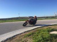 Acelerando en un circuito de motos