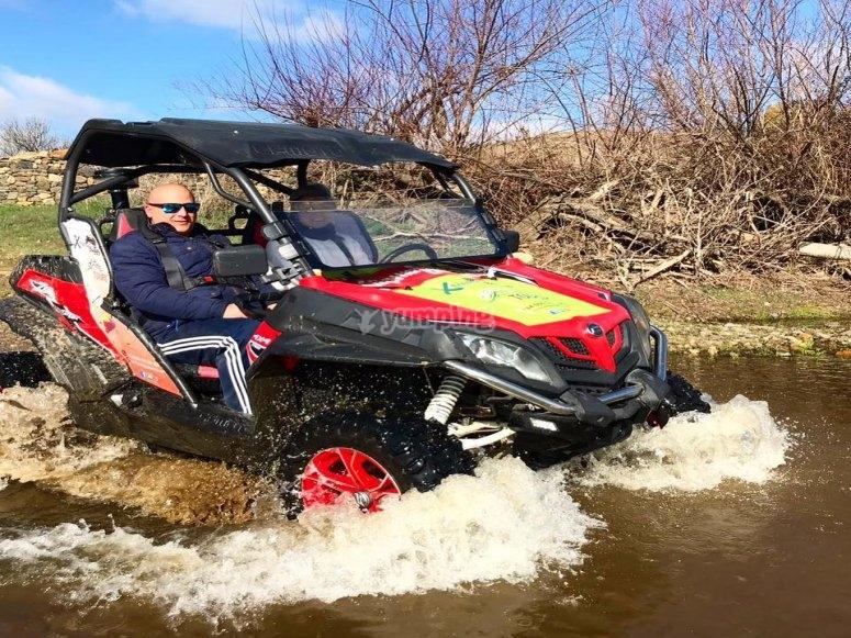 越野车的冒险水坑