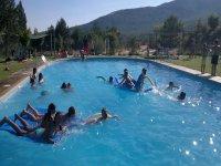 Nadando en la piscina del campamento