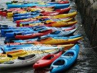 varios kayaks en la orilla de un embalse