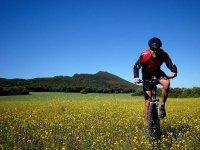 hombre recorriendo un entorno natural en bici