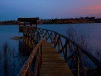 puente de madera con el lago de fondo