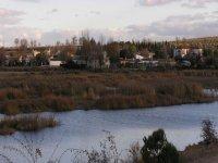 vista de peralvillo con el lago delante de el