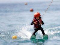 Nena reallizando esqui nautico