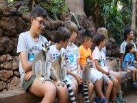 Enfants avec lémuriens