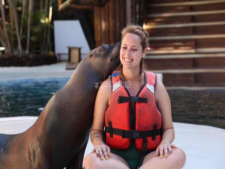 Femme avec un lion de mer