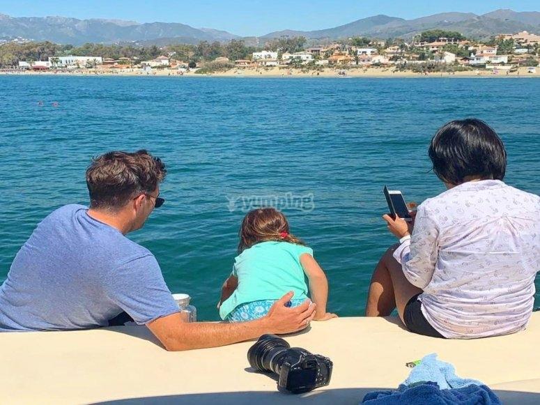 Familia frente al mar en Marbella