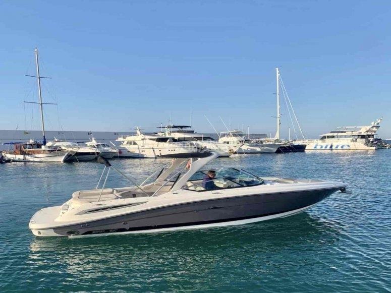 Embarcación partiendo del puerto de Marbella