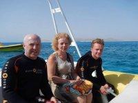 tre persone che navigano in alto mare