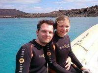 una pareja sentados en una lancha de mar