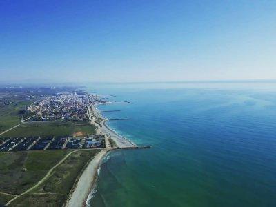 乘坐直升机沿着拉略萨海岸飞行 1 小时