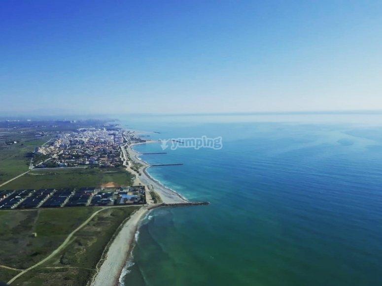 地中海上空的直升机飞行