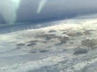 A lo lejos, molinos de viento