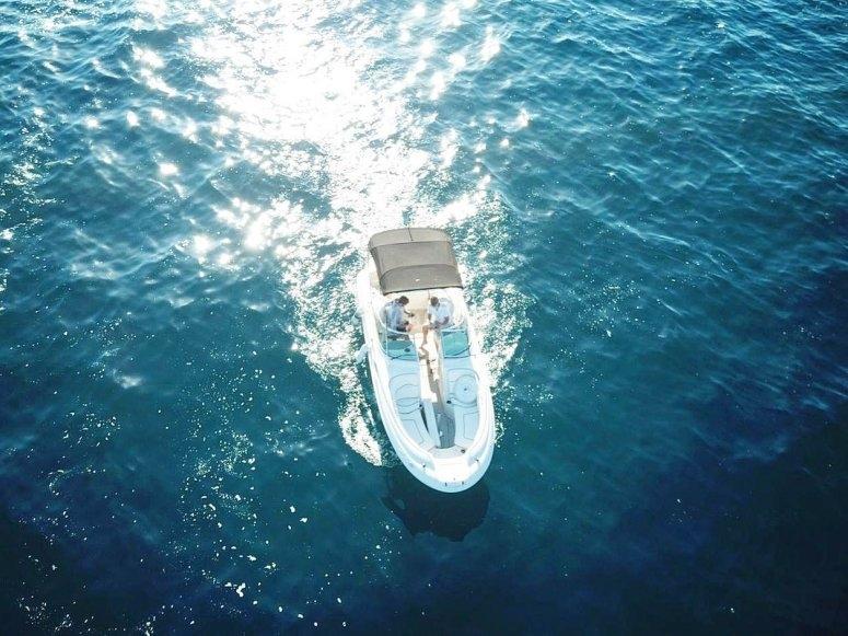 Barco navegando por el Mediterráneo