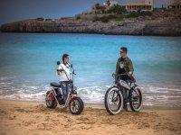 Parada junto al mar en moto