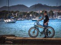 En el puerto con la moto electrica