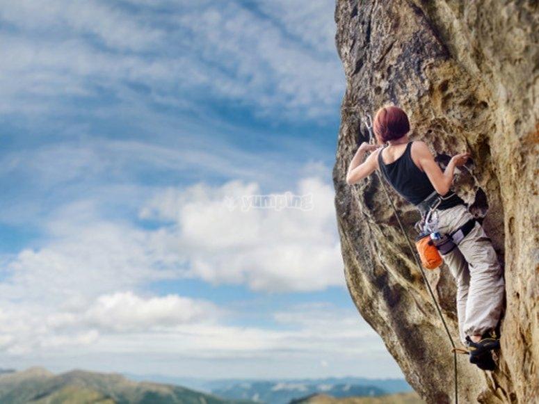 Probando una nueva ruta de escalada