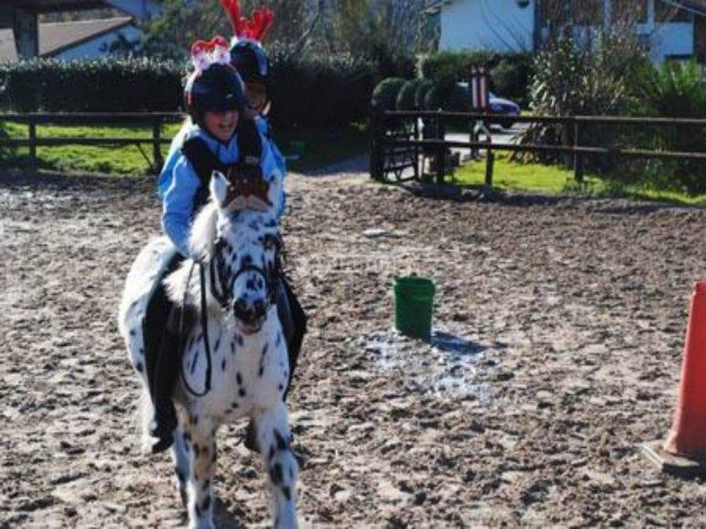 儿童笑着骑着小马
