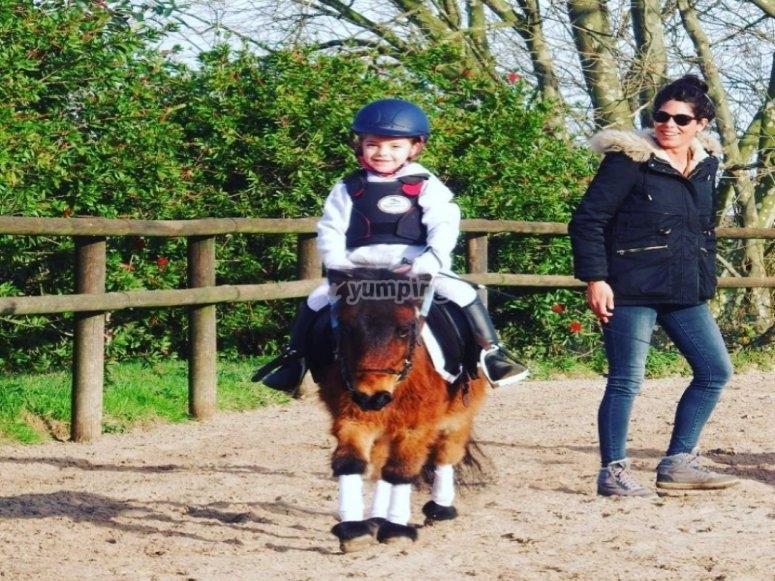 孩子享受骑马的一天