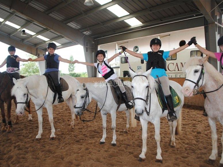 与朋友一起骑马课
