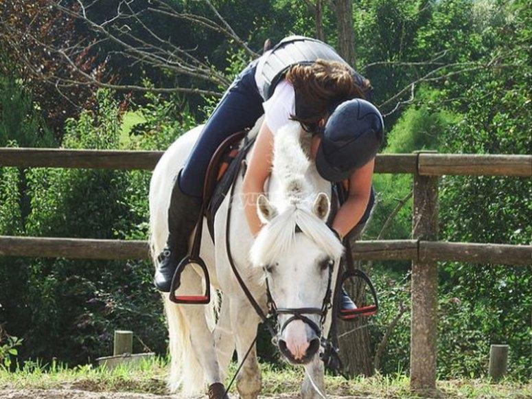 享受骑马课程的券
