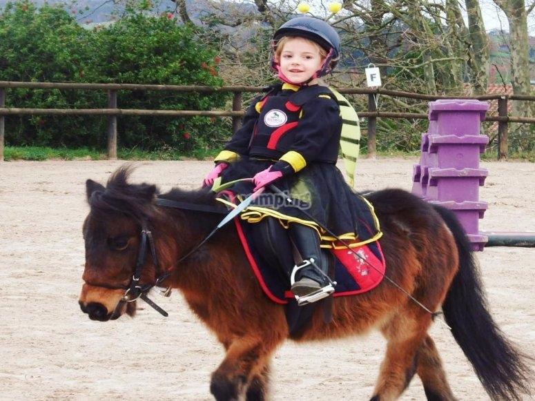 伪装的女孩骑小马