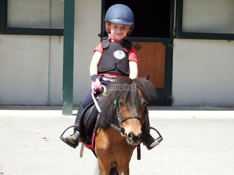孩子离开马stable