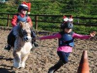 孩子们学习骑马时玩耍